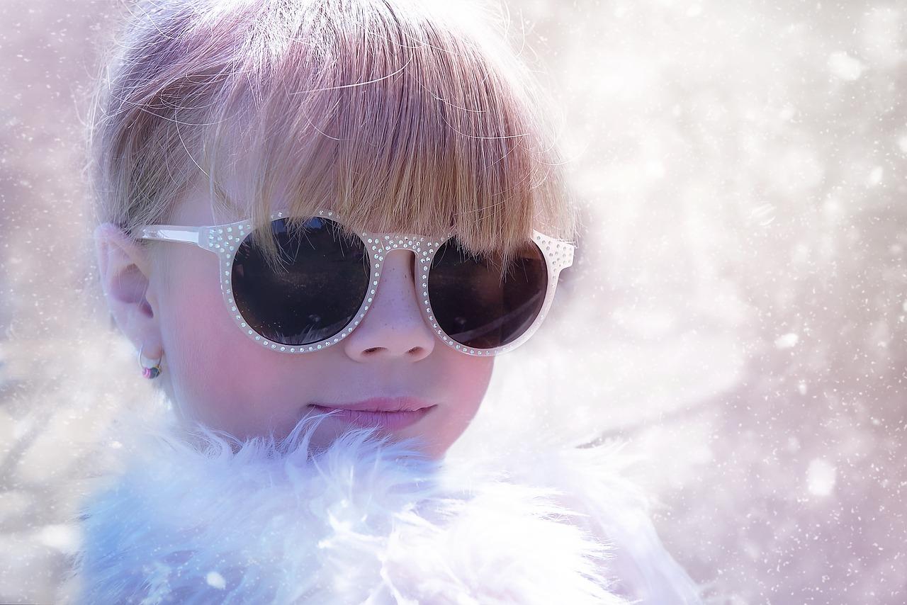 dziecko w okularach